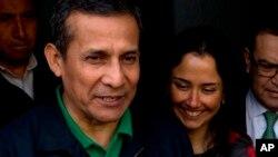 ARCHIVO- El expresidente peruano Ollanta Humala y su esposa, Nadine Heredia, conversan con periodistas cuando salen de la sede del Partido Nacional de Perú en Lima, Perú, el 13 de julio de 2017.