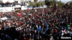 Manifeastantes no cortejo funebre de Chlri Belaid