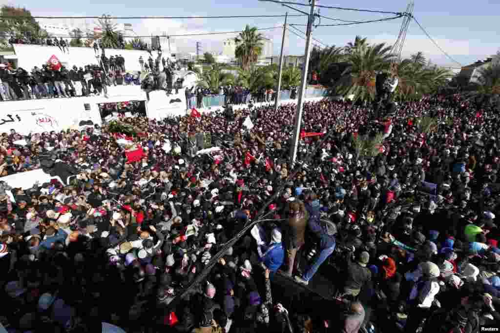 8일 튀니지 수도 튀니스에서 최근 암살된 야권 지도자 초크리 벨라이드의 장례식. 수만명의 지지자들이 참석한 가운데 관이 옮겨지고 있다.