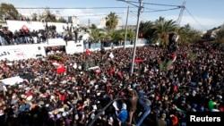 """數萬突尼斯人出席遭到暗殺的""""人民陣線"""" 領導人貝萊德的葬禮"""