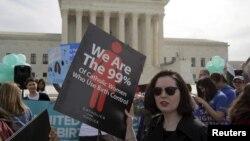 Des partisans de la contraception manifestant devant la Cour suprême des Etats-Unis à Washington, le 23 mars 2016.