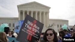 Demo memprotes kewajiban untuk menyediakan asuransi bagi layanan kontrasepsi yang tercantum dalam Affordable Care Act, di depan Mahkamah Agung AS, 23 Maret 2016.