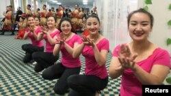 中国政府2019年1月5日组织外国记者和政府官员参观新疆和田职业教育训练中心时当地居民为他们表演。