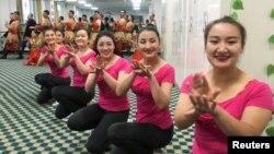 中國政府2019年1月5日組織外國記者和政府官員參觀新疆和田職業教育訓練中心時當地居民為他們表演。