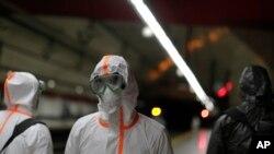 Para anggota Unit Gawat Darurat Militer menyemprotkan disinfektan di sebuah stasiun kereta bawah tanah untuk mencegah penyebaran Covid-19 di Madrid, Spanyol, 20 Maret 2020.