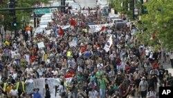 Demonstran 'Occupy Wall Street' berpawai memasuki wilayah bisnis utama di kota Chicago, Sabtu (19/5).