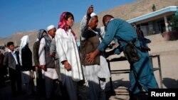 Cảnh sát Afghanistan khám xét các cử tri bên ngoài 1 trạm bỏ phiếu ở thủ đô Kabul, 14/6/2014.