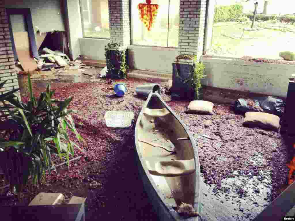 Un canoë dans le vestibule inondé d'un immeuble d'appartements à Brooklyn, New York