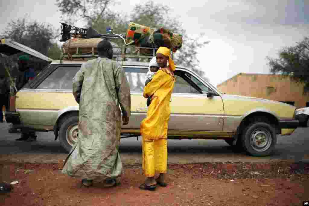 Un taxi transportant une famille malienne est fouillé à un poste de contrôle près de Sévaré, sur la route de Gao.