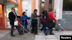 Sekelompok tunanetra berjalan dengan tongkat di Buenos Aires. (Foto: Ilustrasi)