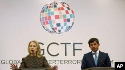 Hillary Clinton ve Ahmet Davutoğlu, İstanbul'da ortak basın toplantısında