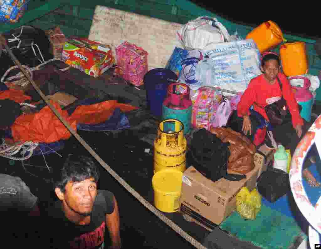2013年3月4日,逃离马来西亚沙巴州的菲律宾居民携带着家当抵达菲律宾南部。