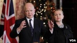 Menlu Inggris William Hague dalam jumpa pers bersama Menlu Amerika, Hillary Rodham Clinton di kantor Deplu AS di Washington, Senin (12/12).