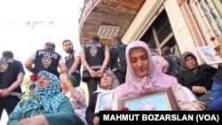 HDP Diyarbakır il binası önünde çocukları için eylem yapan anneler