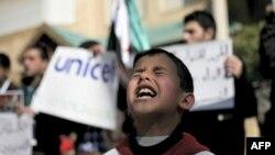 Một bé trai Syria hô các khẩu hiệu kêu gọi UNICEF bảo vệ trẻ em Syria trước cơ sở của cơ quan này ở Amman, Jordan, hôm 20/2/12