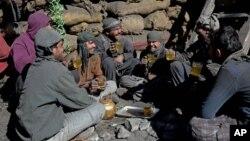 افغان کارگران د چای څښلو پر وخت