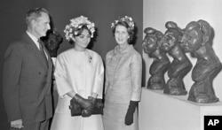 شهبانو فرح پهلوی همراه با «جان راکفلر» و همسرش از موزه هنرهای مدرن نیویورک دیدار کرد