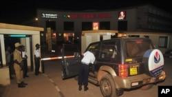 Petugas keamanan Uganda memeriksa kendaraan yang masuk ke Mal Victoria di Entebbe, dekat bandar udara Entebbe di Uganda (4/7). (AP/Stephen Wandera)