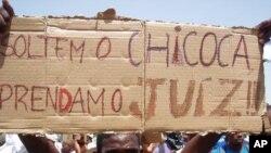 A solidariedade com o jornalista nas ruas de Luanda durante a manifestação do fim de semana