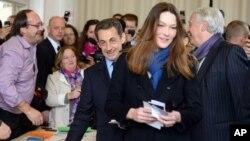 Presiden Perancis Nikolas Sarkozy dan ibu negara Carla Bruni-Sarkozy bersiap untuk memberikan suaranya dalam Putaran Pertama Pemilu Presiden Perancis di Paris (22/4)