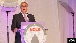 Según el grupo, conocido por su sigla en inglés NCLR, el demócrata Barney Frank ha sido un firme promotor de una reforma migratoria.