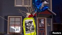 當地民眾哀悼被開槍打死的非洲裔美國青少年
