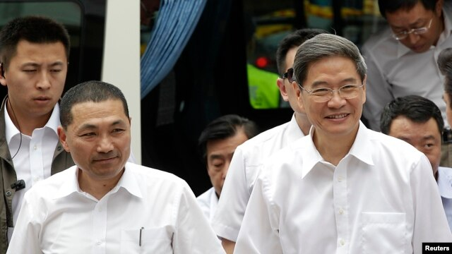 Zhang Zhijun (R), director of China's Taiwan Affairs Office, arrives with New Taipei City Deputy Mayor Hou You-yi, at the labor activity center in New Taipei City, June 26, 2014.
