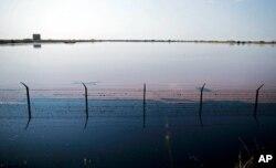 Bassin de rétention d'eaux usées près du complexe pétrolier de Petrodar, à Paloich, au Sud-Soudan