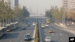 秋末冬初北京環城公路上,煙霧降低了能見度