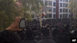 9일 칭하이성의 롱워 마을 광장에 모여 시위를 벌이는 티베트인들.