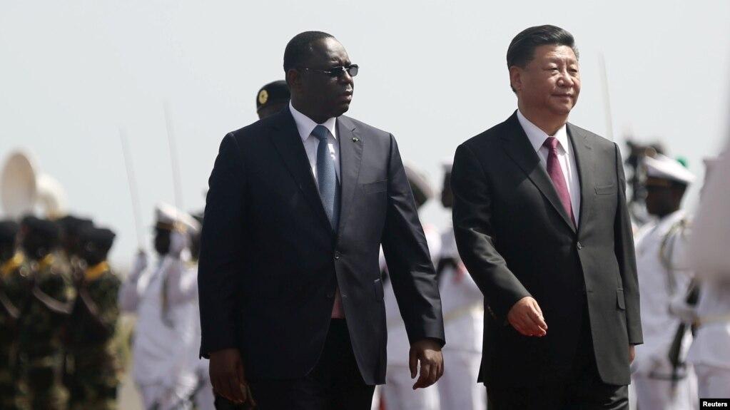 Chủ tịch Trung Quốc Xi Tập Cận Bình đi cùng Tổng thống Senegal Macky Sall sau hi đến Sân bay Quốc tế Leopold Sedar Senghor, vào đầu chuyến thăm Dakar, Senegal, ngày 21 tháng 7, 2018.