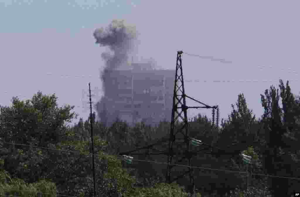 Smoke from shelling rises over a residential apartment house in Shakhtarsk, Donetsk region, eastern Ukraine, July 28, 2014.