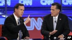 Hai ứng cử viên đảng Cộng hòa Mitt Romney (phải) và Rick Santorum