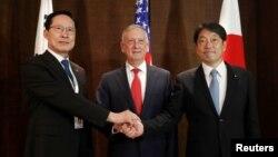 وزیر دفاع آمریکا در کنار وزرای دفاع کره جنوبی و ژاپن در کنفرانس امنیتی سنگاپور