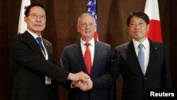 Japanski ministar odbrane Itsunori Onodera, američki sekretar za odbranu Džim Matis i južnokorejski ministar odbrane Song Jung - mu na trilateralnom sastanku u Singapuru, 3. jun 2018.