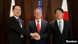 Міністри оборони Японії Ітсунорі Онодера (л), США Джим Маттіс (ц) і Південної Кореї Сонг Йонг Му (п) на нарадах в Сінгапурі