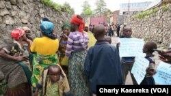 Des familles de l'ethnie Hutu campent devant le bureau du G/ouverneur du Nord-Kivu, à Goma, 19 mai 2017. (VOA Charly Kasereka)