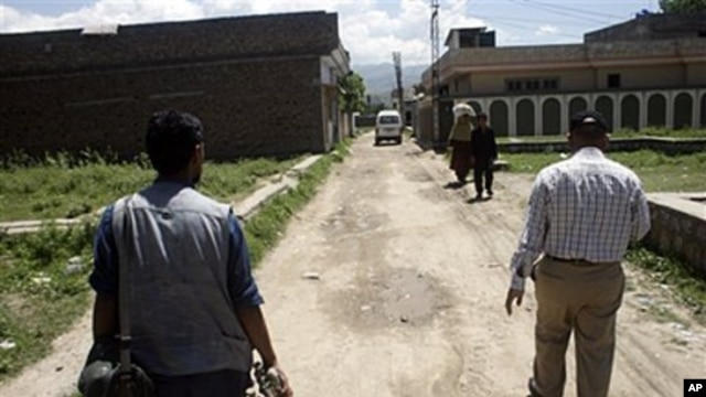Pakistani journalists roam around in a vicinity of the house of al-Qaida leader Osama bin Laden which has been made an exclusion zone for the general people in Abbottabad, May 7, 2011