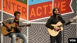 Juanes, a la derecha, junto a Juan Pablo Daza durante una de sus presentaciones en el festival de SXSW, en Austin, Texas.