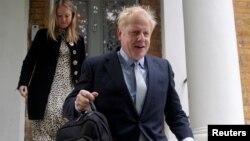 Calon unggulan PM Inggris, Boris Johnson tiba di rumahnya di London, Kamis (13/6).
