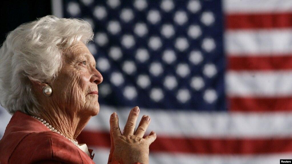 Tư liệu: Cựu Đệ Nhất Phu nhân Barbara Bush lắng nghe con trai, TT George W. Bush, phát biểu tại một sự kiện ở Orlando, bang Florida ngày 18/3/2005. REUTERS/Jason Reed