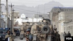Pasukan Afghanistan dan NATO mengamankan lokasi kantor polisi di Kandahar setelah pemboman yang menewaskan kepala polisi setempat (15/4).
