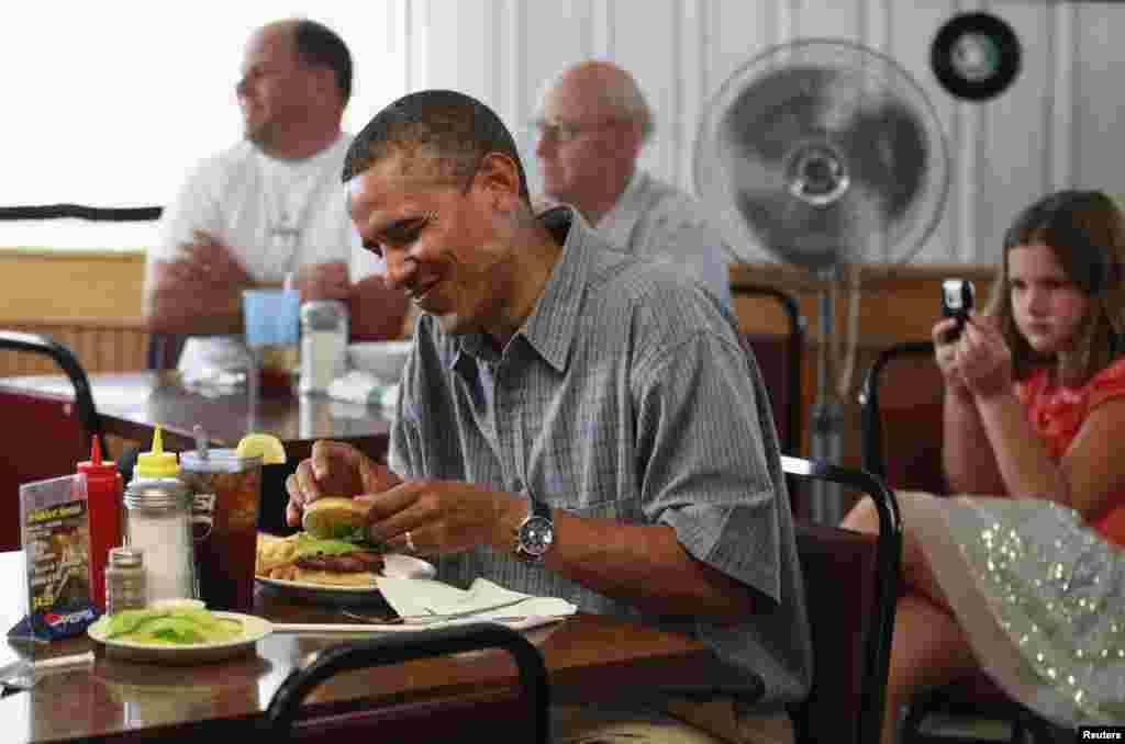 El restaurante Kozy Corners, en Oak Harbor, Ohio, sirvió a Obama una hamburguesa, mientras el presidente visitaba la ciudad en una gira de campaña.
