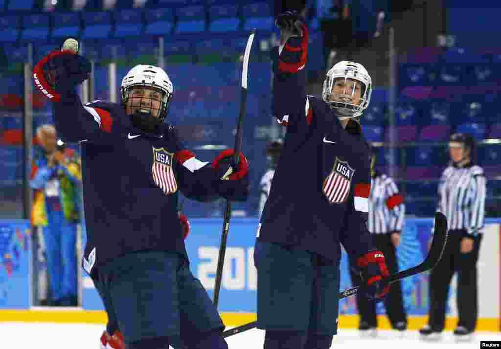 تیم هاکی روی یخ زنان آمریکا با پیروزی بر رقیب سوئدی اش توانست به دور نهایی رقابت ها راه یابد - سوچی، ۱۷ فوریه ۲۰۱۴