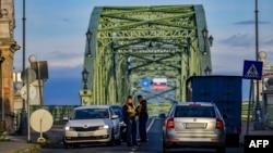 Polisi mengatur pengendara mobil di perbatasan Hongaria-Slovakia di Esztergom, Hongaria, 3 September 2020. (Foto: dok).