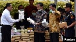 Tổng thống Indonesia Joko Widodo (thứ hai từ trái sang) trong một sự kiện tiêu hủy ma túy năm 2016.