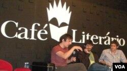 El escritor estadounidense Dash Shaw acompañado por Fabio Moon y Gabriel Ba, durante su presentación en el Café Literario en la Bienal de Rio de Janeiro.