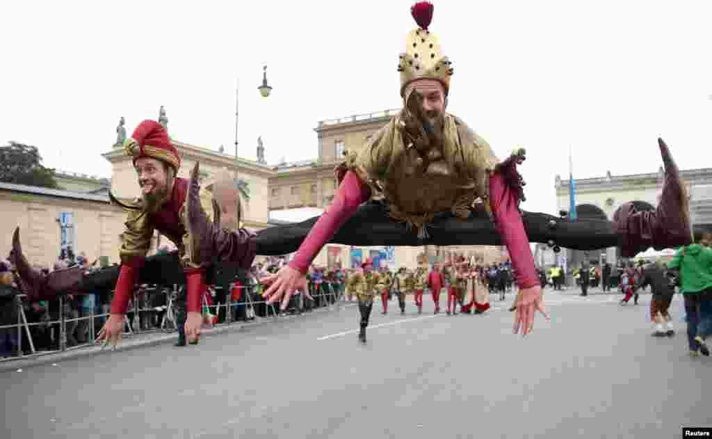 """Para seniman akrobat ikut meramaikan parade """"Oktoberfest"""" di Munich, Jerman."""