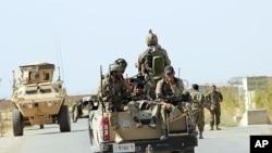 Binh sĩ Afghanistan được triển khai đến ngoại ô thành phố Kunduz, phía bắc thủ đô Kabul, Afghanistan, ngày 30/9/2015.