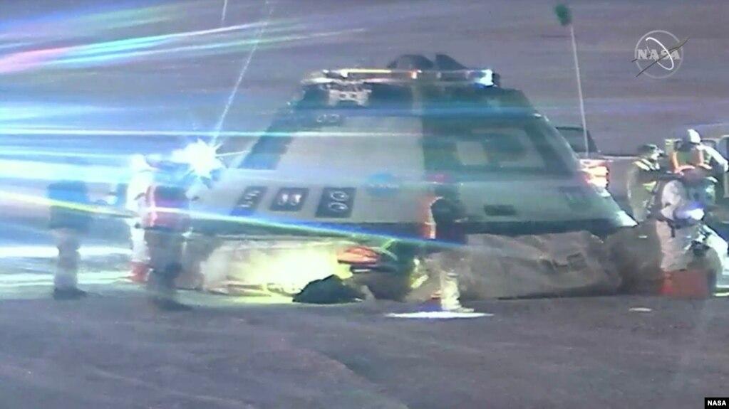 Các chuyên gia kiểm tra tàu vũ trụ CST-100 Starliner của Boeing sau khi tàu đáp xuống sa mạc White Sands, bang New Mexico sáng 22/12/2019.